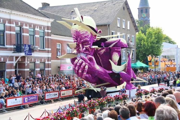 perierga.gr - Εντυπωσιακή παρέλαση με άρματα φτιαγμένα από λουλούδια