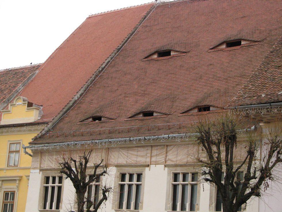 perierga.gr - Γιατί τα σπίτια σε ένα ρουμανικό χωριό έχουν... μάτια!
