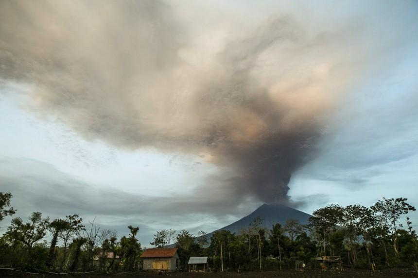 perierga.gr - Εντυπωσιακές φωτογραφίες λίγο πριν τη μεγάλη έκρηξη ηφαιστείου στο Μπαλί