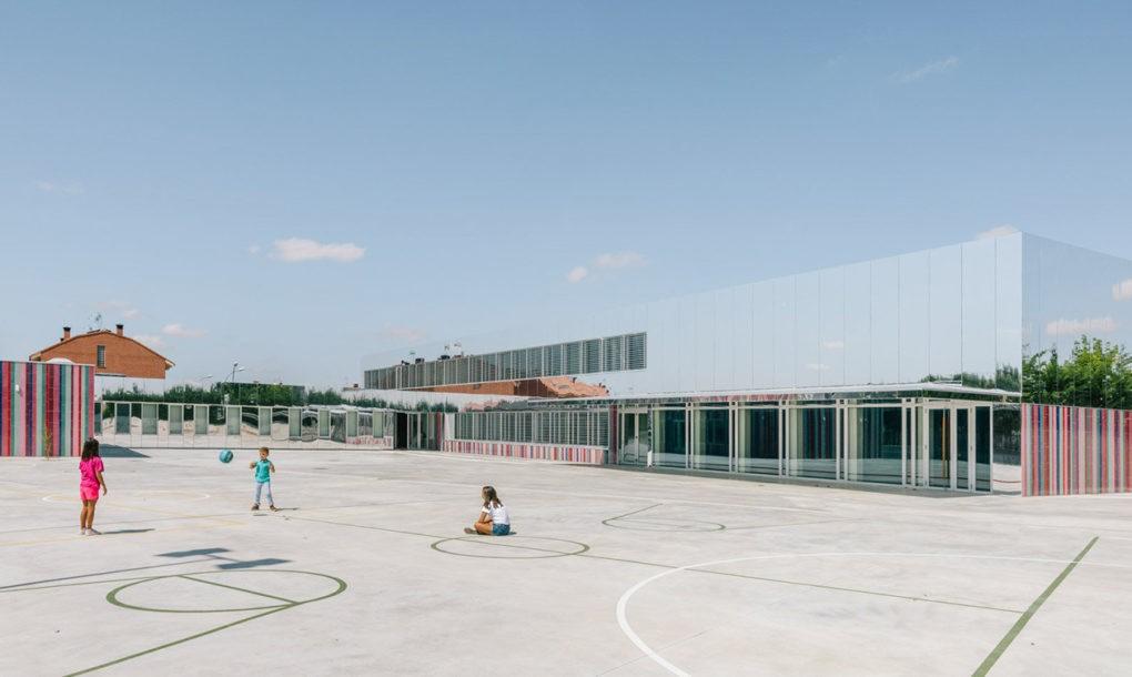 perierga.gr - Σχολείο σχεδόν... εξαφανίζεται στον ουρανό!