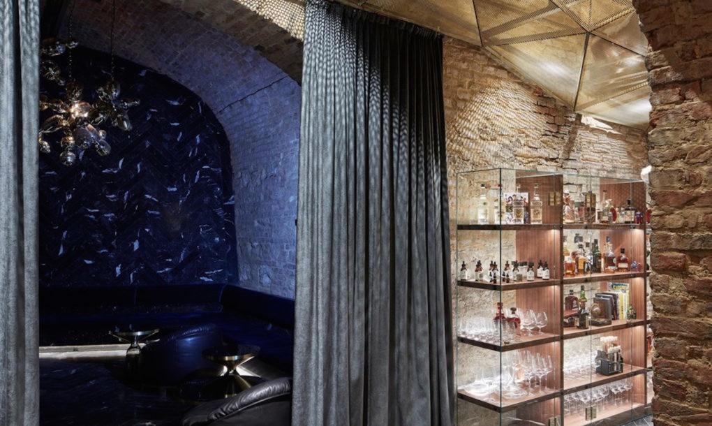 perierga.gr - krypt.bar: Υπόγειο μπαρ κρύβεται σε κελάρι του 18ου αι.