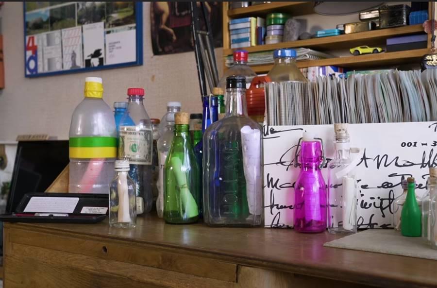 perierga.gr - Πώς ένας άντρας έχει βρει 1.200 μηνύματα σε μπουκάλια;