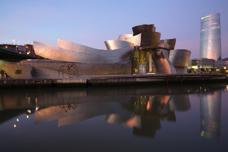 Τα 10 πιο χαρακτηριστικά κτήρια του διάσημου αρχιτέκτονα Frank Gehry