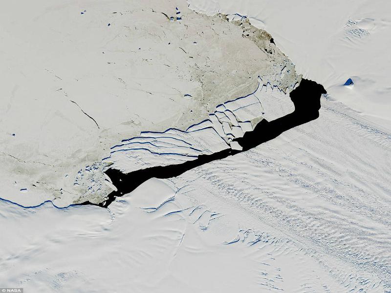 Perierga.gr - Παγόβουνο σπάει σε κομμάτια
