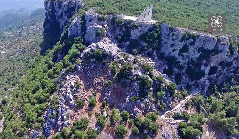 Perierga.gr - Ο ηρωικός βράχος του Ζαλόγγου απ' όπου έπεσαν οι Σουλιώτισσες!