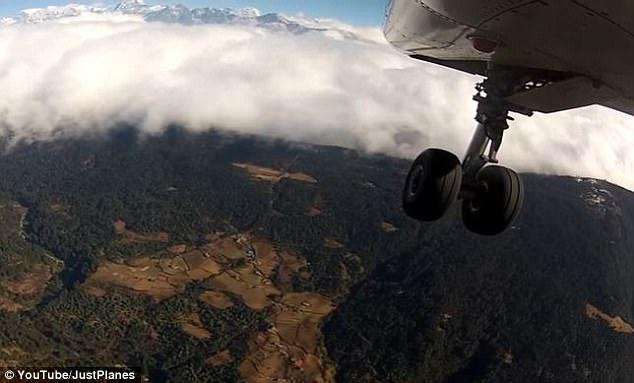 Perierga.gr - Προσγείωση και απογείωση σε ένα από τα πιο επικίνδυνα αεροδρόμια του κόσμου