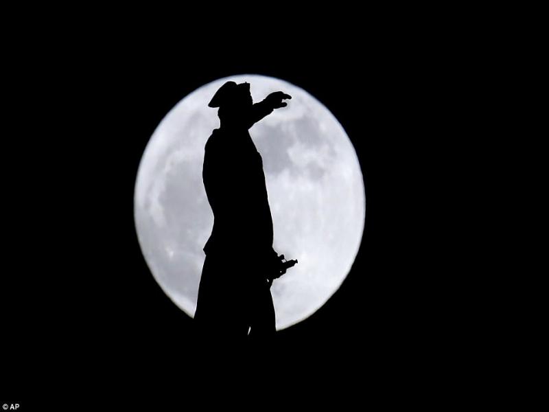 Perierga.gr - Μοναδικές εικόνες από την πρώτη σούπερ-Σελήνη του 2018