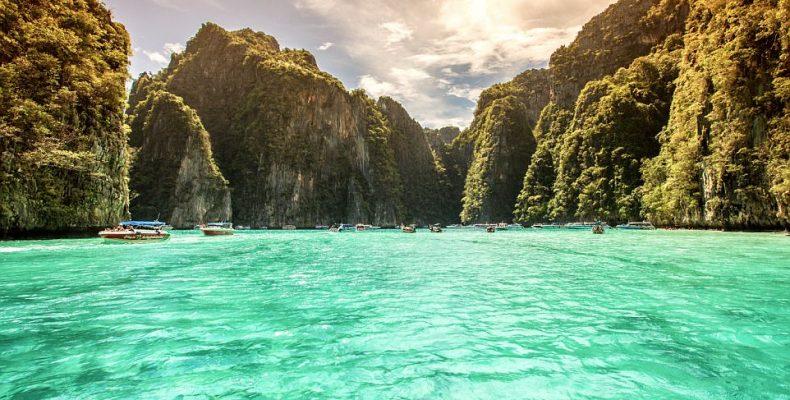 Η διάσημη παραλία Maya Bay κινδυνεύει να κλείσει λόγω των τουριστών