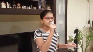 Perierga.gr - 12χρονη τραγουδάει σε 102 γλώσσες και σπάει ρεκόρ γκίνες!