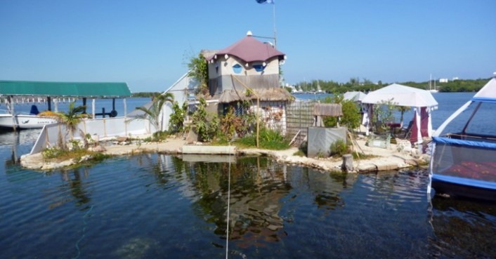 Perierga.gr - Ένα νησί φτιαγμένο από πλαστικά μπουκάλια!
