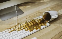 Perierga.gr - Πληκτρολόγιο ανθεκτικό σε καφέ και ψίχουλα ετοιμάζει η Apple!