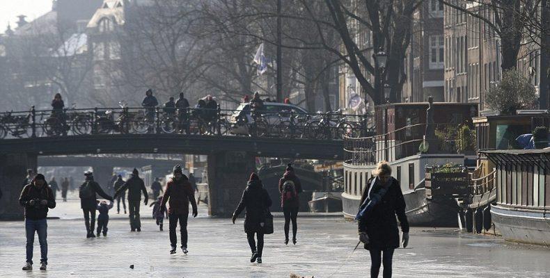 Παγωμένα τα κανάλια του Άμστερνταμ