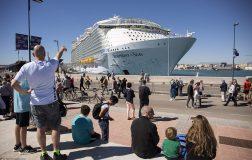 Perierga.gr - Το μεγαλύτερο κρουαζιερόπλοιο ξεκινά το παρθενικό του ταξίδι