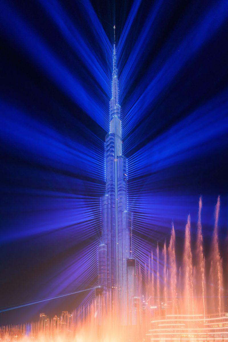 Perierga.gr - Το Burj Khalifa φωτίζεται με λέιζερ και σπάει ρεκόρ Γκίνες!