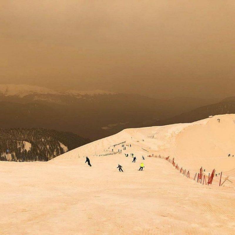 Perierga.gr - Παράξενο φαινόμενο με πορτοκαλί χιόνι εμφανίστηκε στην Ευρώπη