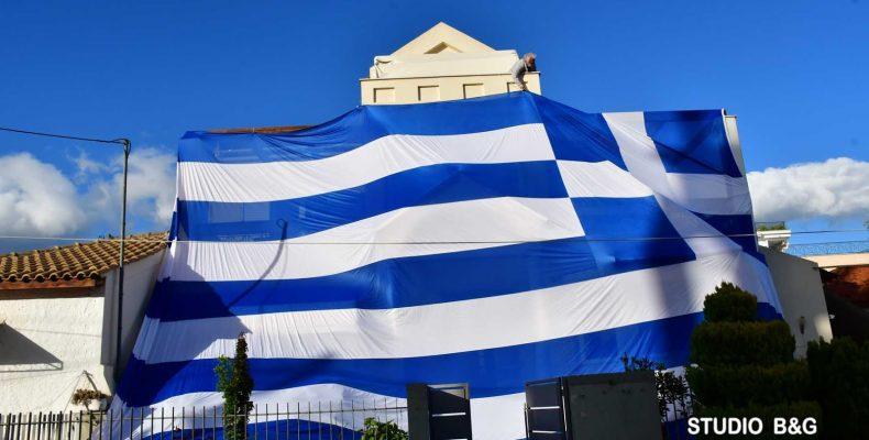Perierga.gr - Άνδρας κρέμασε ελληνική σημαία 140 τ.μ. στο σπίτι του!