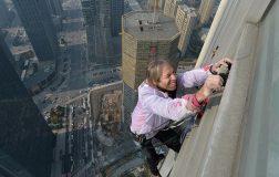 Perierga.gr - Ένας... σύγχρονος Spiderman σκαρφαλώνει σε ουρανοξύστες!