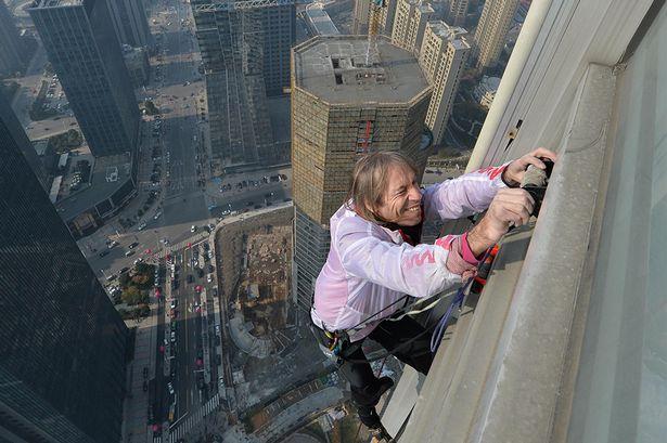 Perierga.gr - Ένας... σύγχρονος Spiderman σκαρφαλώνει σε ουρανοξύστες!  Aυτός είναι ο … σύγχρονος Spiderman που σκαρφαλώνει στους  ουρανοξύστες! (video) spiderman2