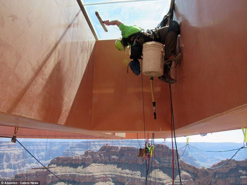 Perierga.gr - Ριψοκίνδυνοι εργάτες καθαρίζουν το γυάλινο δάπεδο της γέφυρας του Γκραν Κάνυον!