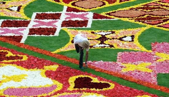 perierga.gr - Χαλί από λουλούδια