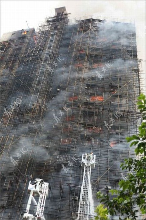 Perierga.gr - Πυρκαγιά σε ουρανοξύστη της Σαγκάης