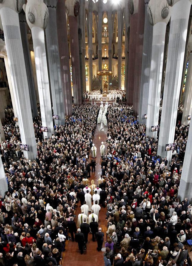 Perierga.gr - Sagrada-Familia-Pope