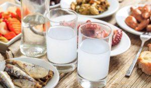 Γιατί τα ηδύποτα με γλυκάνισο γίνονται λευκά όταν αραιώνονται με νερό;