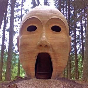 Τεράστιο κεφάλι στο δάσος