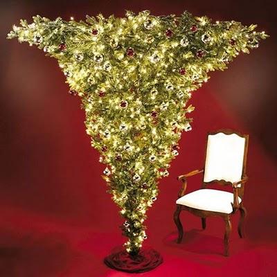 Perierga.gr - Ανάποδο χριστογεννιάτικο δέντρο!