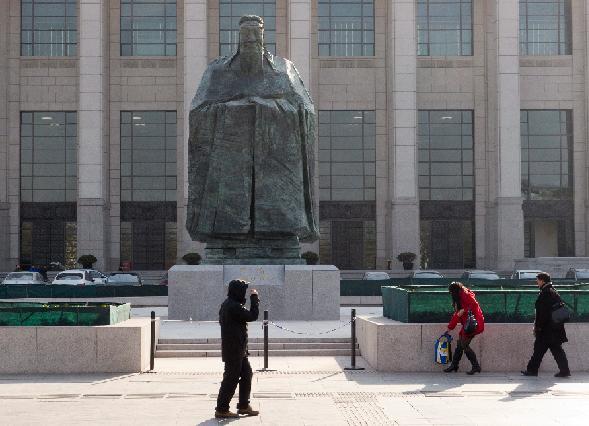 Perierga.gr - Άγαλμα του Κομφούκιου στο Πεκίνο