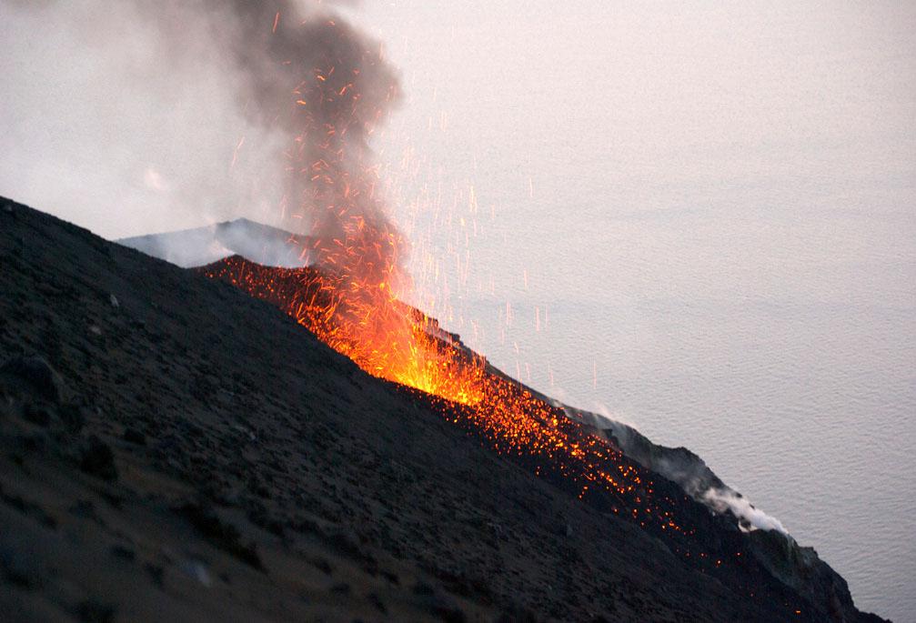 Perierga.gr - Ηφαίστειο Στρόμπολι!