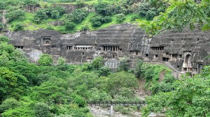 Αρχαίοι ναοί σκαλισμένοι στο βράχο