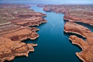 Μια εντυπωσιακή λίμνη χωρίς καθόλου... πράσινο!