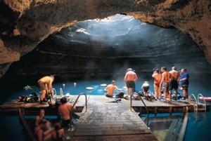Συναρπαστικό κολύμπι σε υπόγεια πισίνα