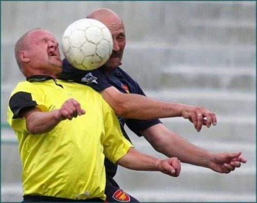 Perierga.gr - Αντιμέτωποι με τη μπάλα...
