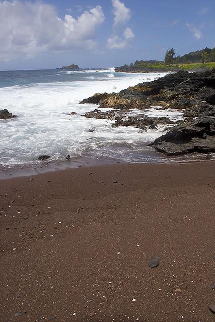 Perierga.gr - Kaihalulu, η κόκκινη παραλία