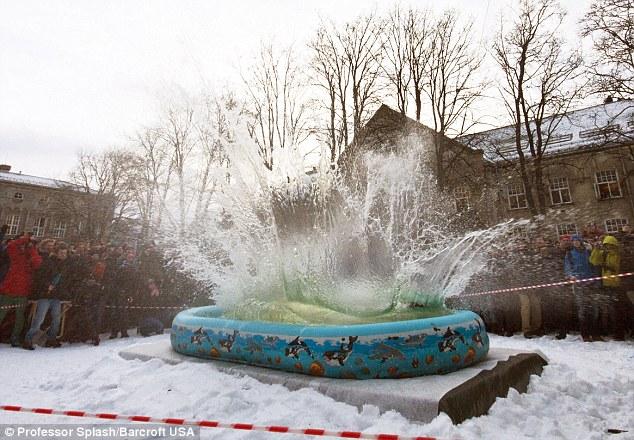 Perierga.gr - Βουτιά σε παιδική πισίνα