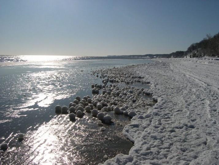 Perierga.gr - Παγομένες μπάλες σε λίμνη