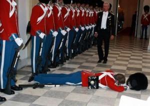 Στρατιώτες καταρρέουν σε επίσημες εκδηλώσεις!