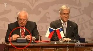 Perierga.gr - Ο Τσέχος πρόεδρος κλέβει στυλό