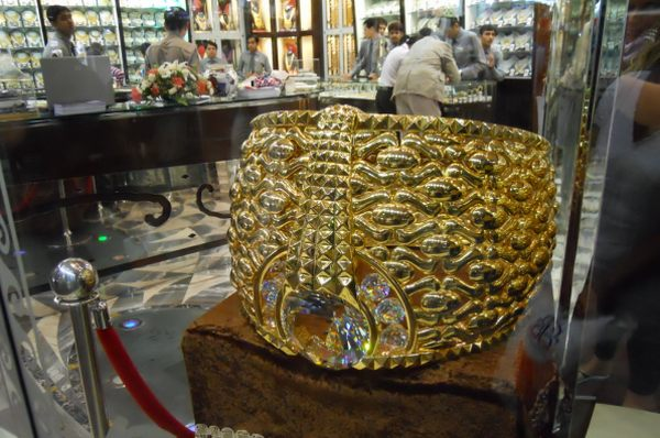 Perierga.gr - Το μεγαλύτερο χρυσό δαχτυλίδι