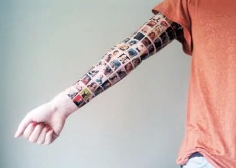 Perierga.gr - Έκανε τατουάζ του φίλους από το Facebook
