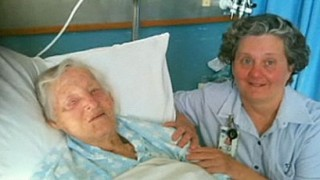 Perierga.gr - Καγκουρό έκανε 94χρονη μαύρη στο ξύλο!