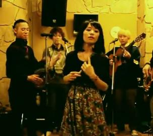 Perierga.gr - Κινέζικη μπάντα ...εκτελεί το σήκω χόρεψε κουκλί μου