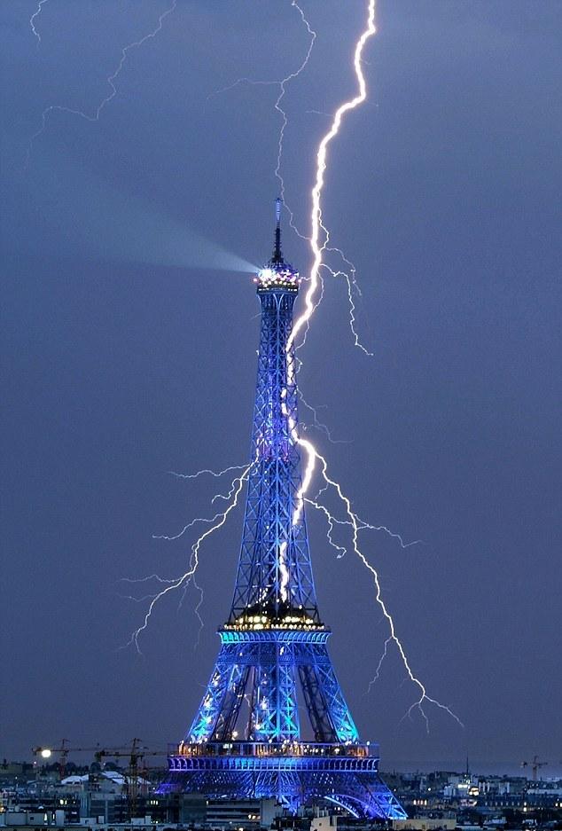 Αστραπή χτυπά τον πύργο του Άιφελ