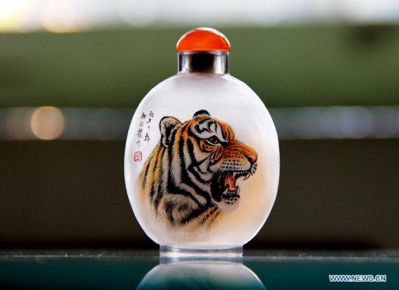 Perierga.gr - Ζωγραφίζοντας μέσα από το μπουκάλι