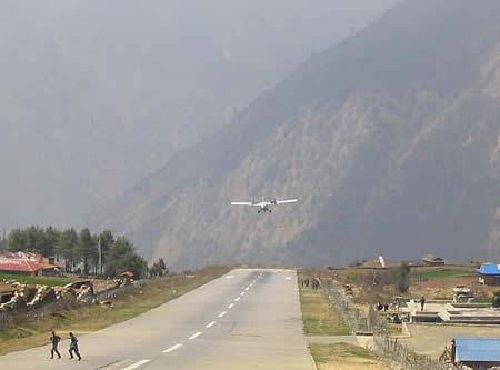 Perierga.gr - Προσγείωση στο πιο επικίνδυνο αεροδρόμιο του κόσμου
