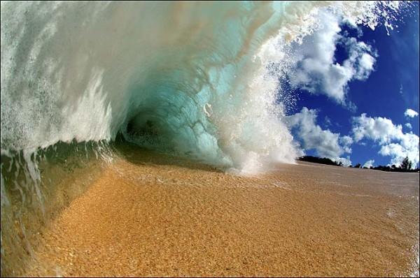 perierga.gr - Σέρφερ φωτογραφίζει τα κύματα... από μέσα!