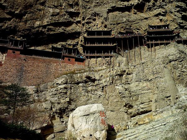 "perierga.gr - Το ""κρεμαστό μοναστήρι των βράχων""... θεραπεύει την υψοφοβία!"