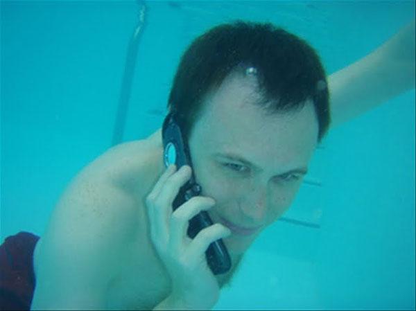perierga.gr - Αδιάβροχο... κινητό για υποβρύχιες κλήσεις!
